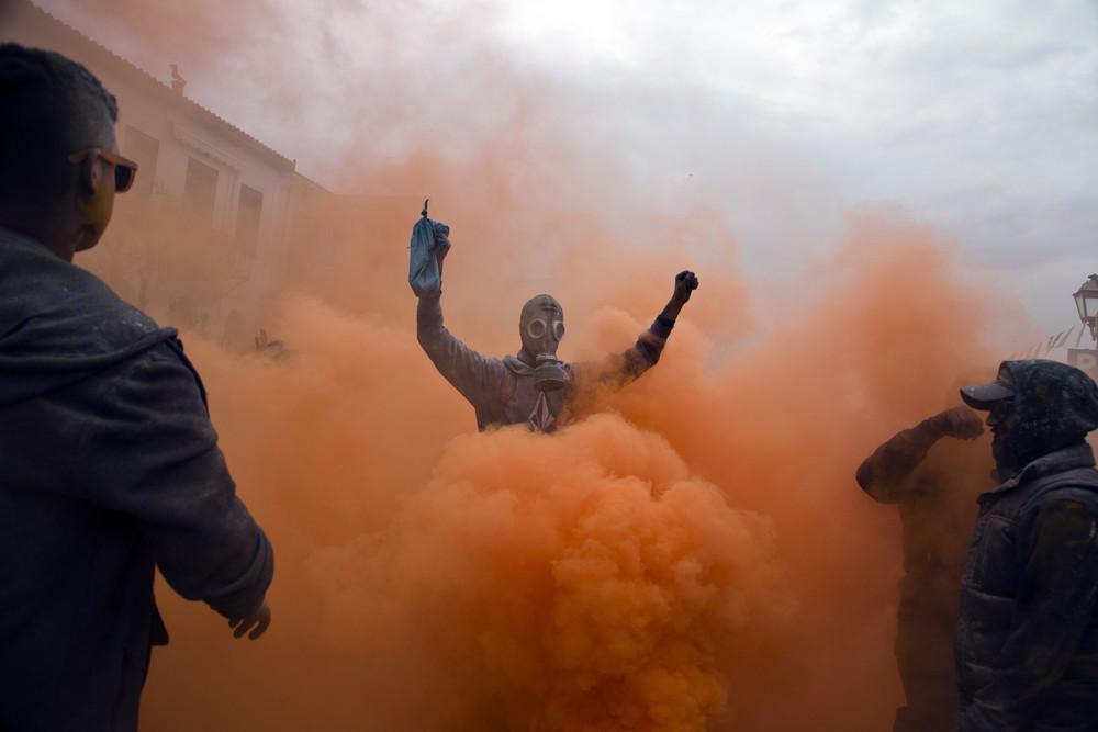 Красочный бой мукой в Греции