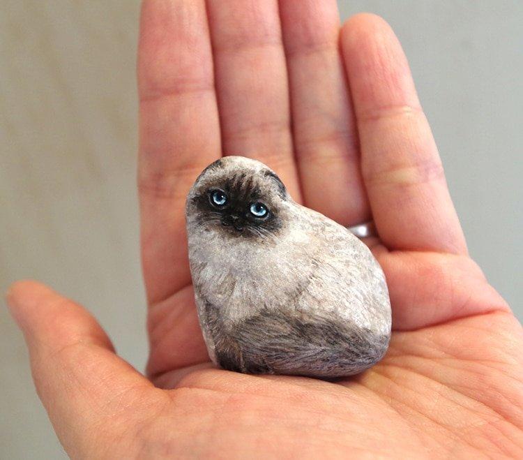 Миниатюрные животные на камнях от художницы Акие Накаты