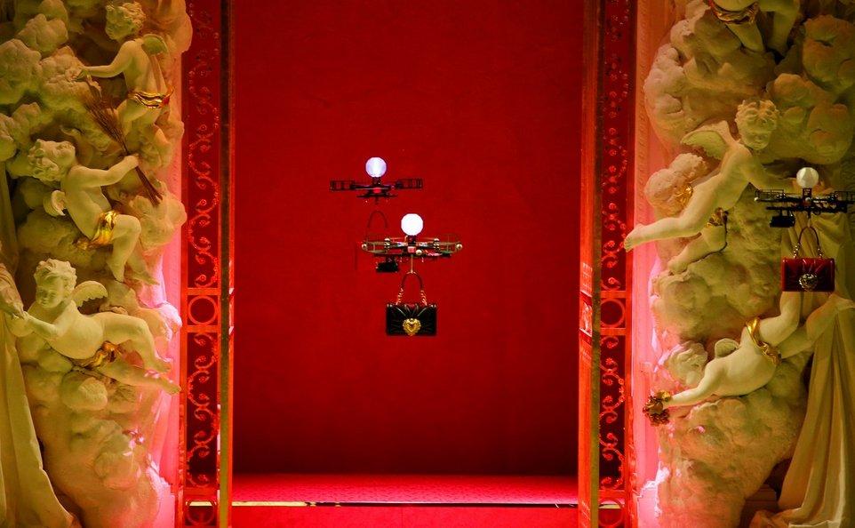 На показе мод дроны демонстрировали сумки Dolce & Gabbana