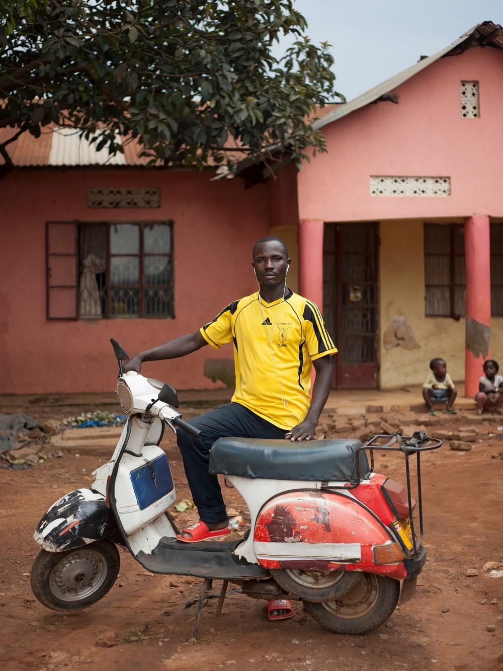 Клуб любителей мотороллеров Vespa в Уганде
