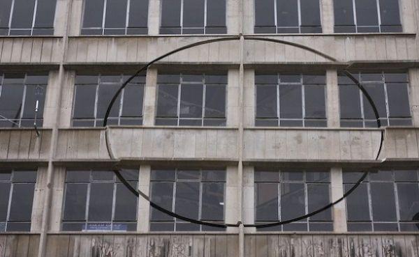 Дом с вращающимся куском фасада от британского скульптора