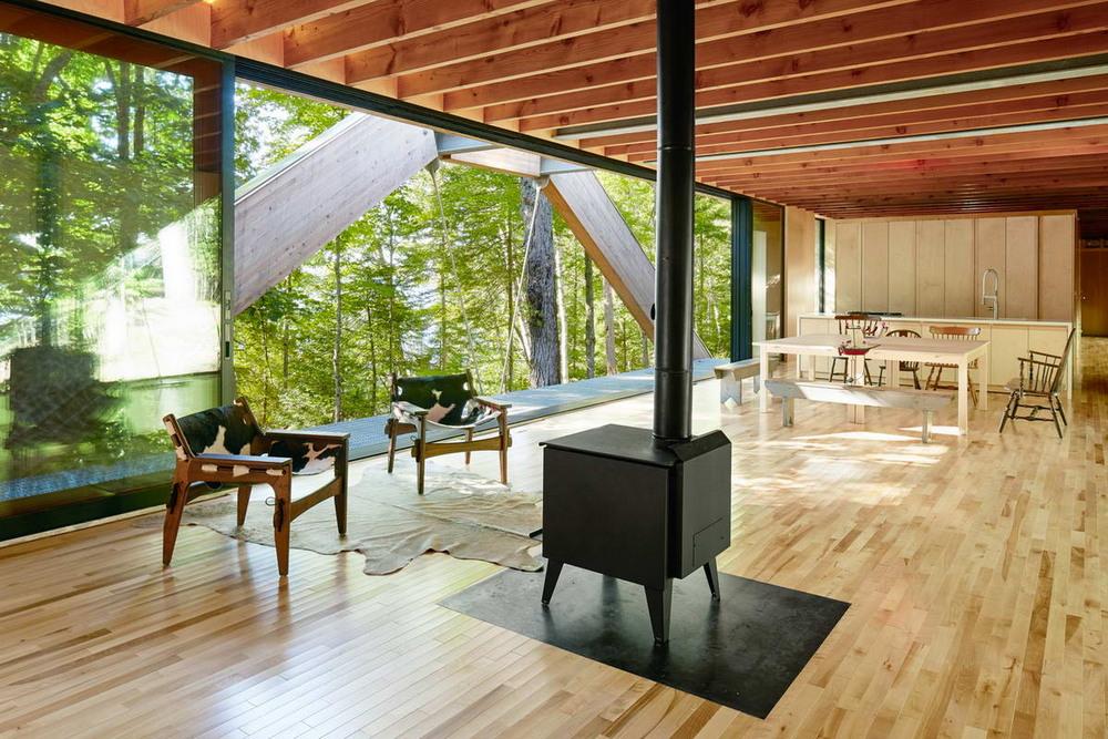 Эффектный дом-мост в канадском лесу