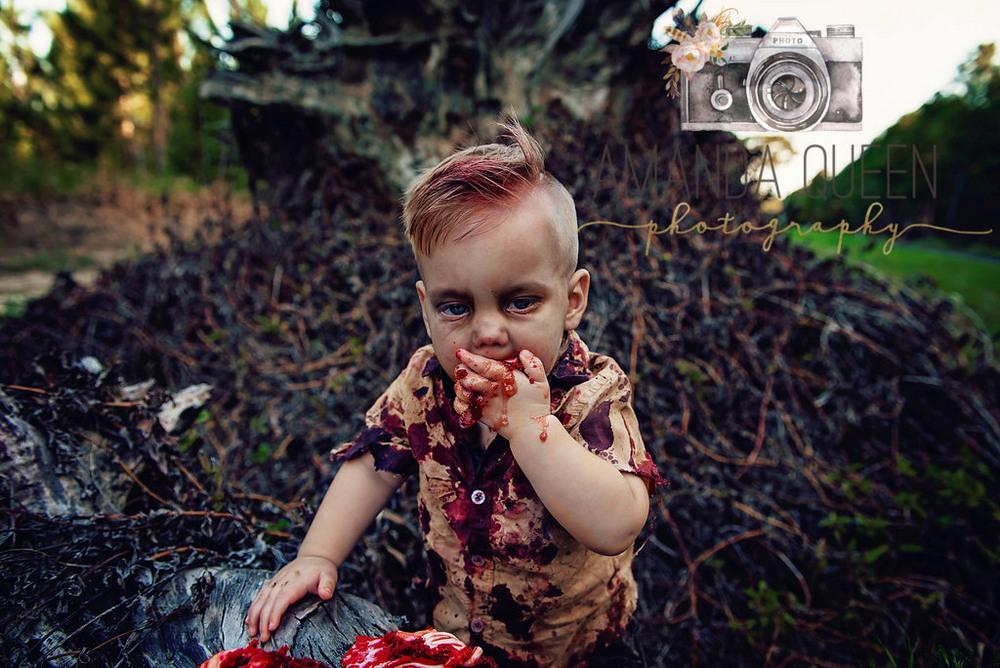 Мама устроила зомби-фотосессию для годовалого сына