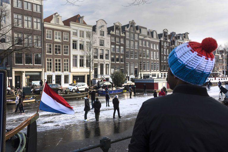 В Амстердаме можно кататься по каналам на коньках