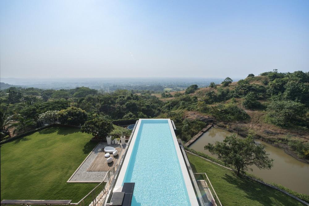 Модернистский дом с бассейном на крыше в Индии