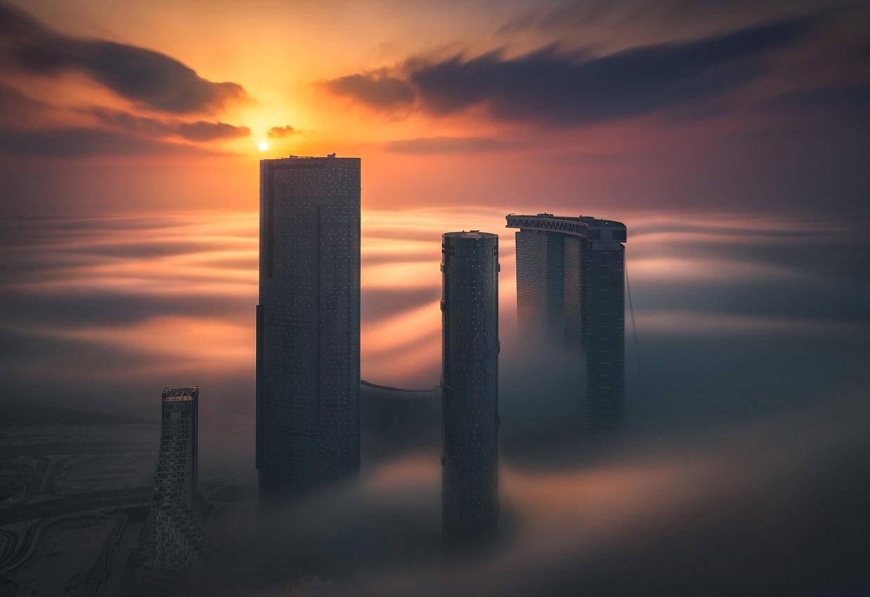 Небоскребы Абу-Даби среди туманов