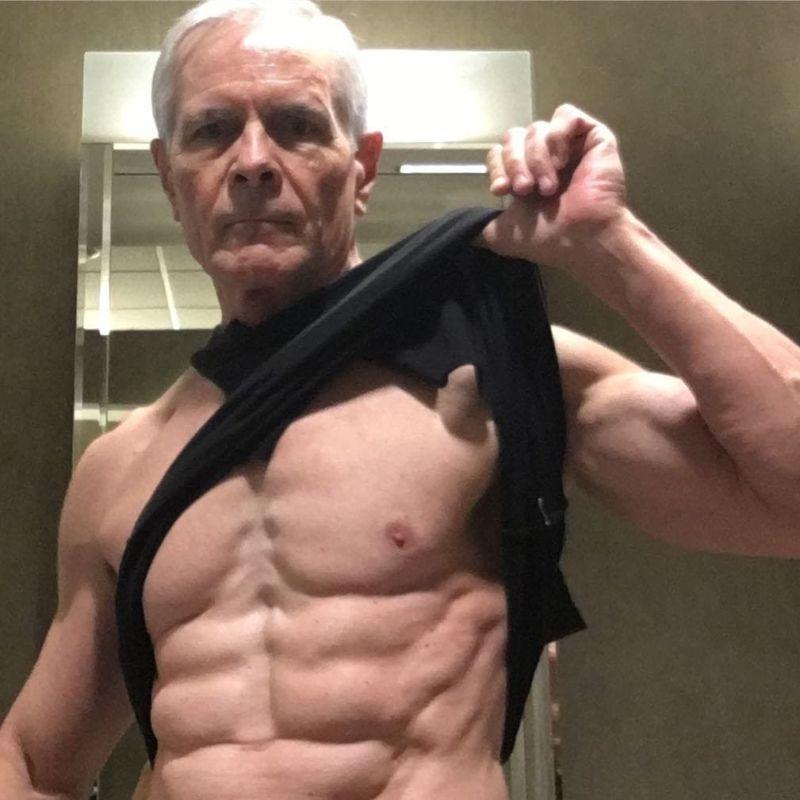 68-летний дедушка похвастался стальным прессом