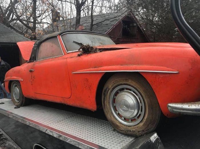 Классический Mercedes-Benz 190 SL найден в заброшенном гараже