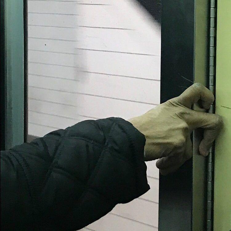 Причудливые руки пассажиров метро в Instagram