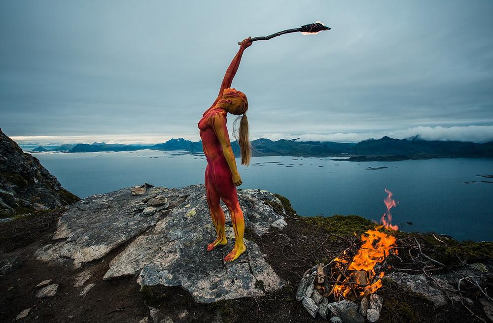 Художница вписывает людей в окружающую среду