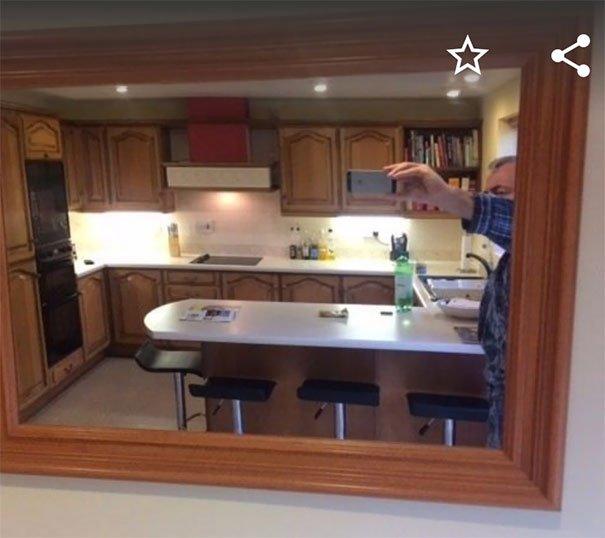 Люди фотографируют зеркала для продажи