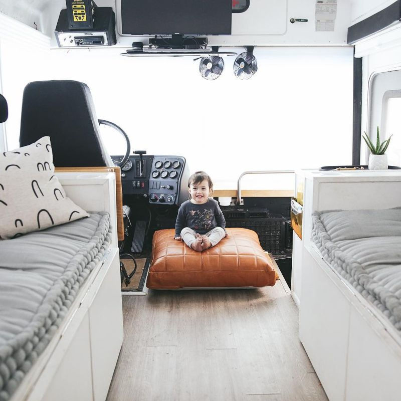 Родители превратили школьный автобус в дом на колесах, чтобы путешествовать с детьми