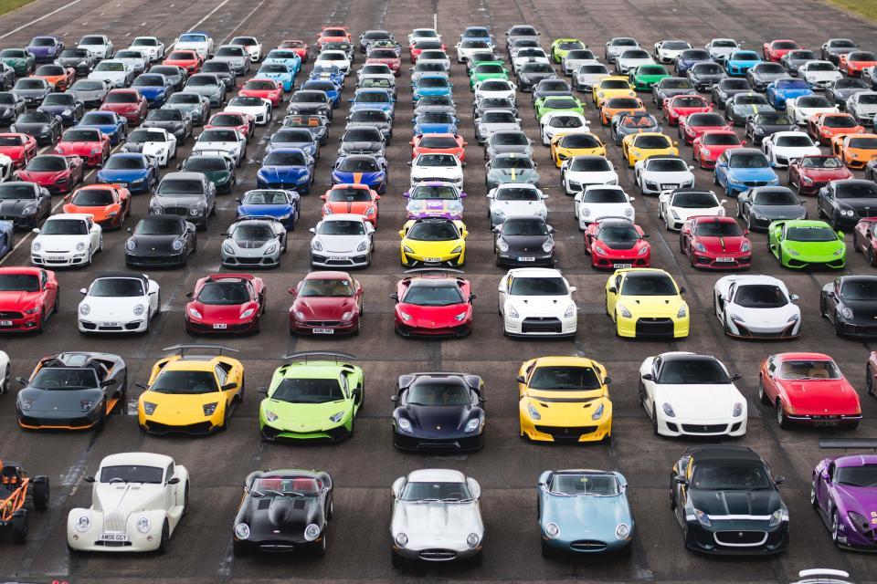 На полигоне собрали 300 суперкаров стоимостью более 100 миллионов долларов