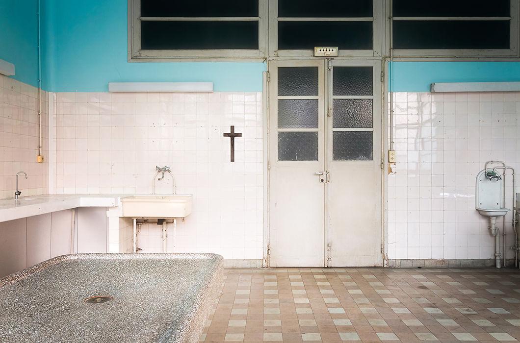 Притягательная красота заброшенных зданий от Романа Робрука