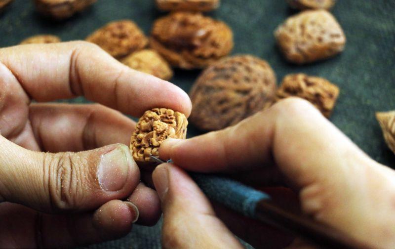 Художник превращает скорлупу грецкого ореха в произведения искусства
