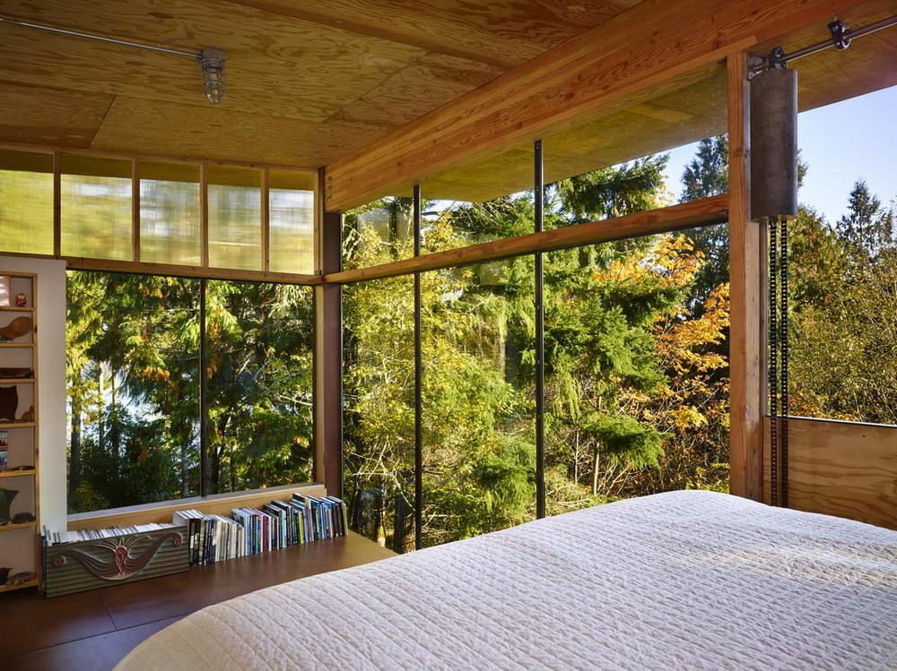 Лесной домик из вторичных материалов в лесу США