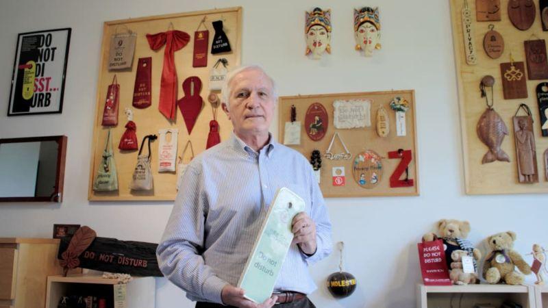 Сотрудник ООН собрал коллекцию табличек Не беспокоить со всего мира