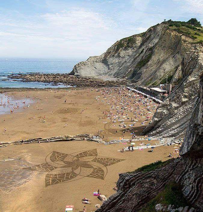 Колоссальные рисунки на пляжах от Сэма Дугадоса