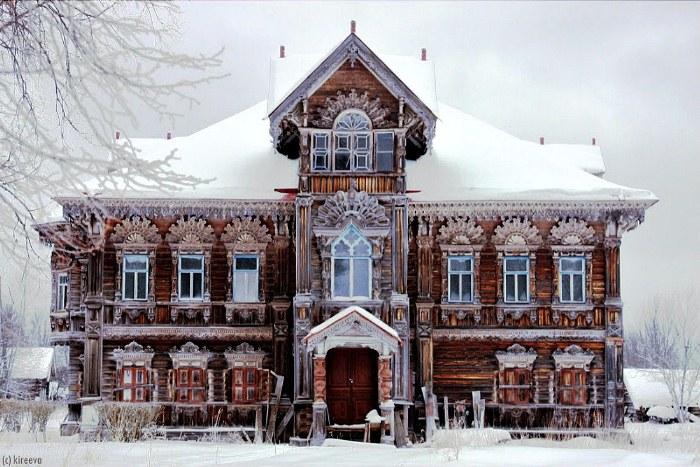 Деревянный терем в русской деревне Погорелово