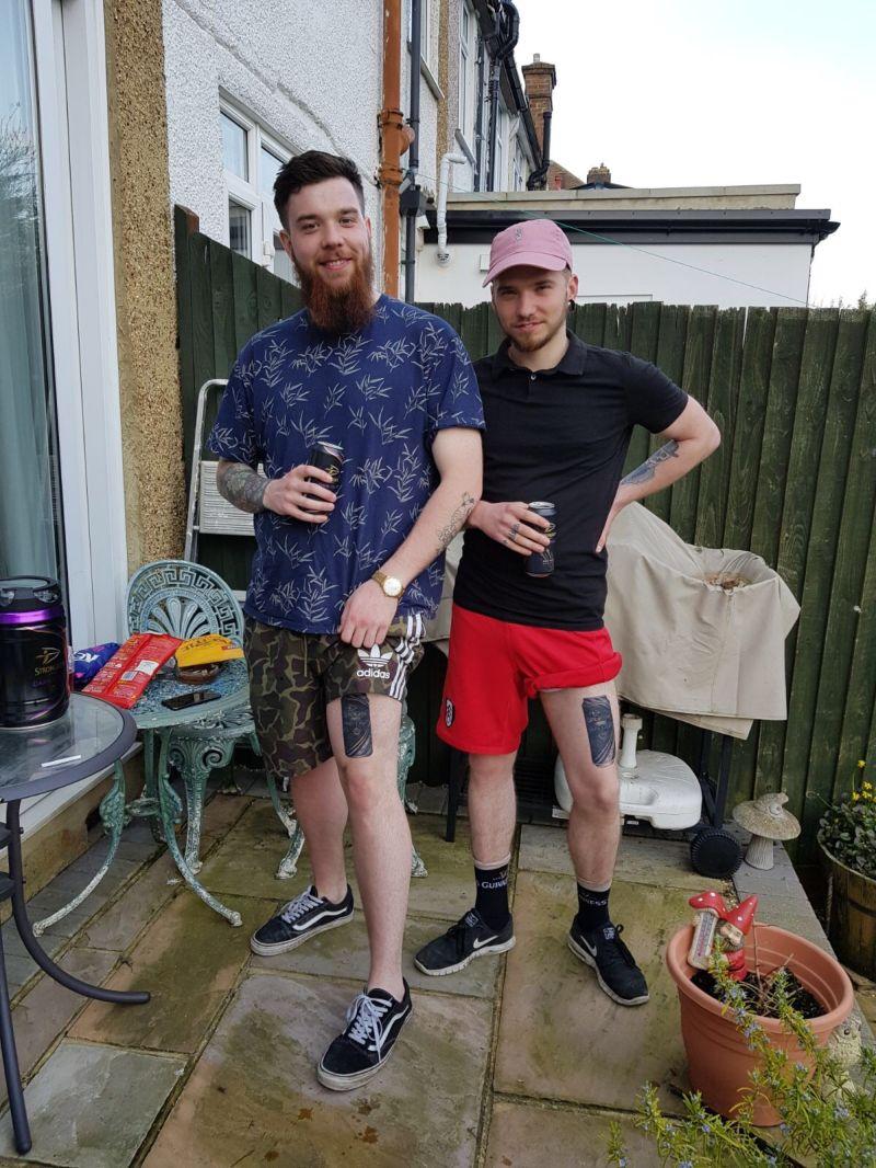 Двое приятелей набили на ногах изображение любимого сидра