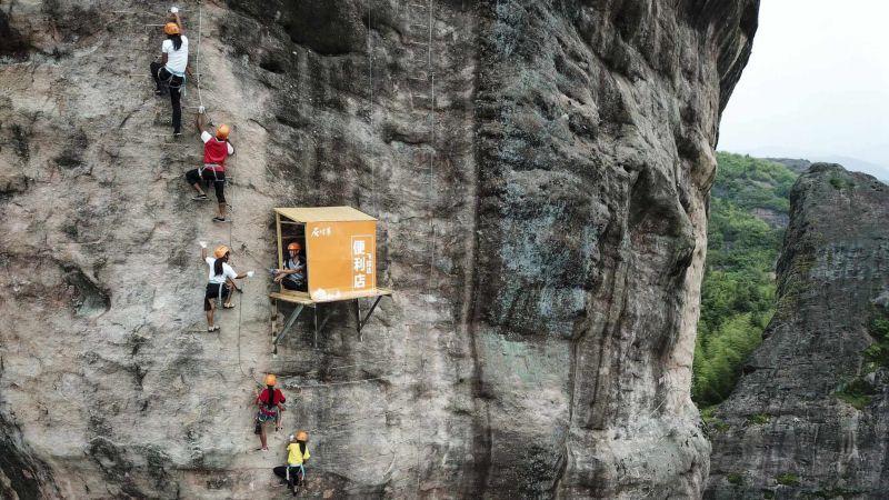 Китайцы открыли подвесной магазин на скале