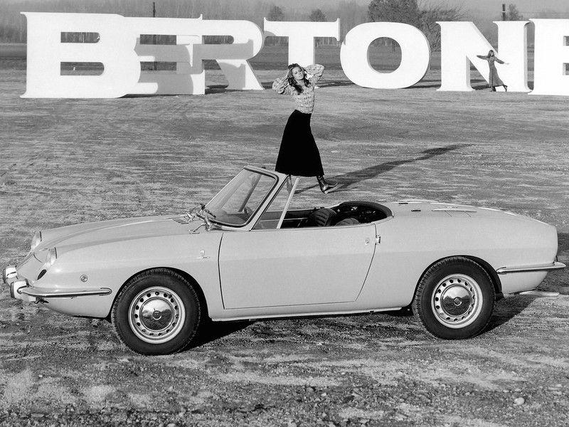 Ретро автомобили и девушки