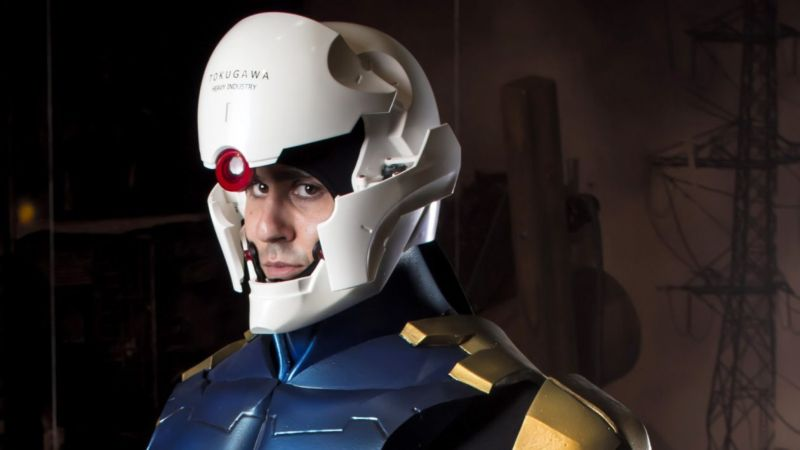 Инженер собрал полностью функционирующий шлем киборга