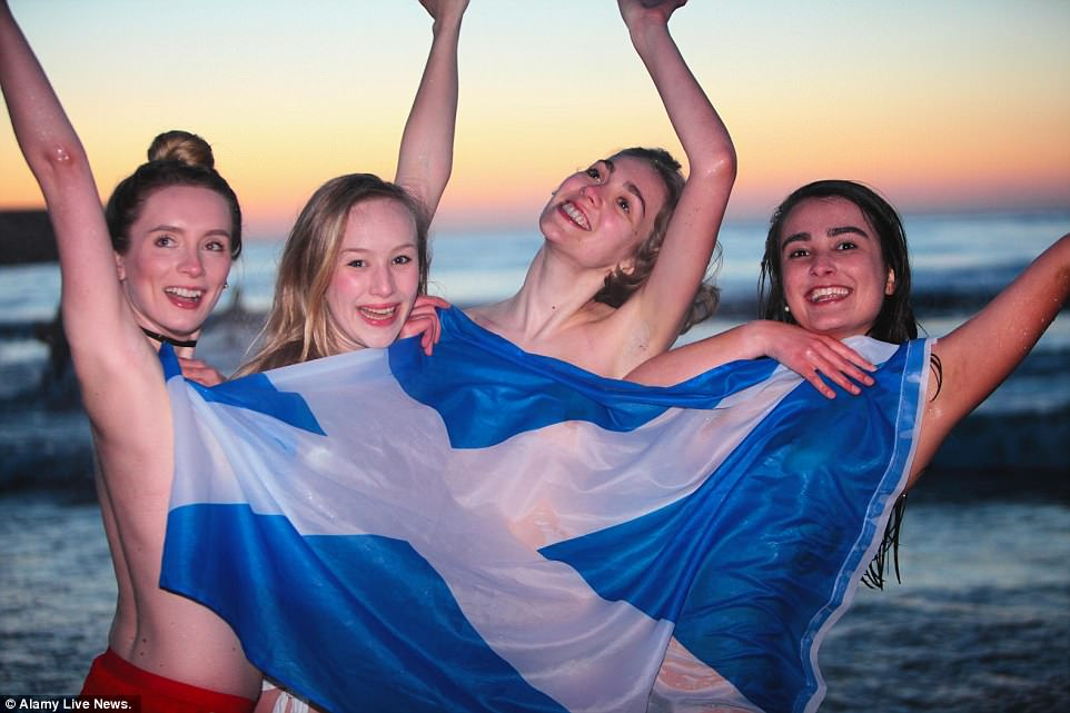 Первомайские купания студентов из Университета Сент-Эндрюс