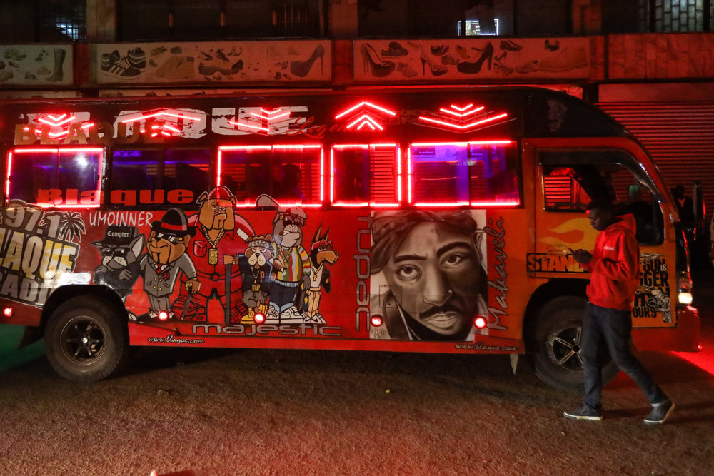 Яркие автобусы и тук-туки в Кении