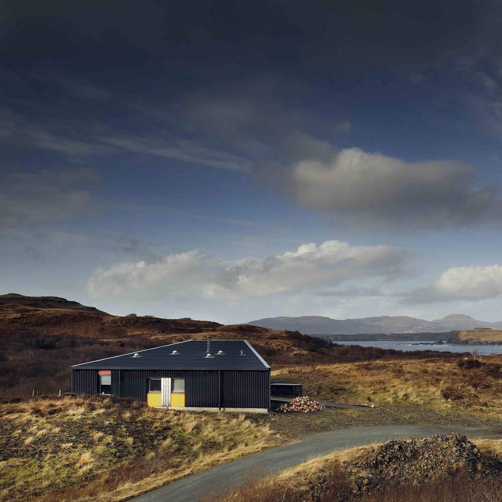 Черный дом на острове Скай в Канаде