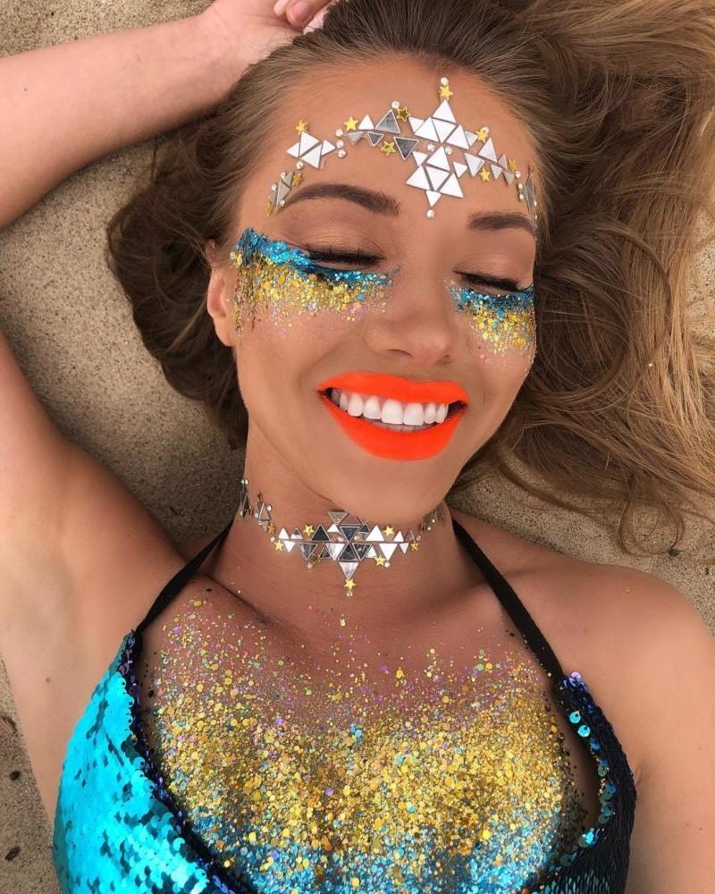 Девушки украшают интимные части тела блестками