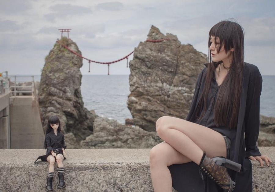 Японка делает забавные снимки со своей уменьшенной копией