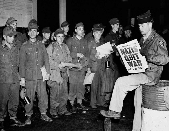 Нацисты сдаются в плен