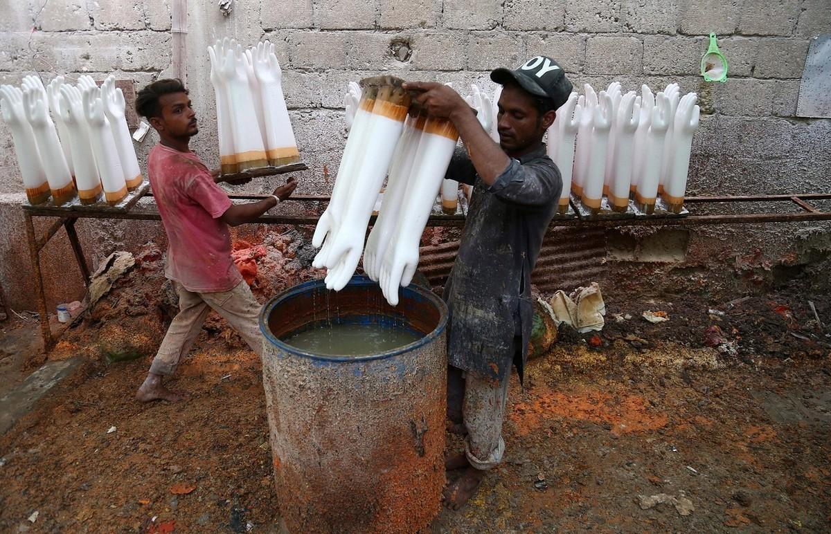 Производство резиновых перчаток в Пакистане