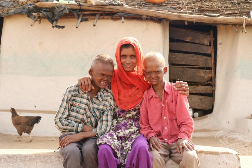 Братья-призраки из Индии с острыми зубами и пугающими лицами