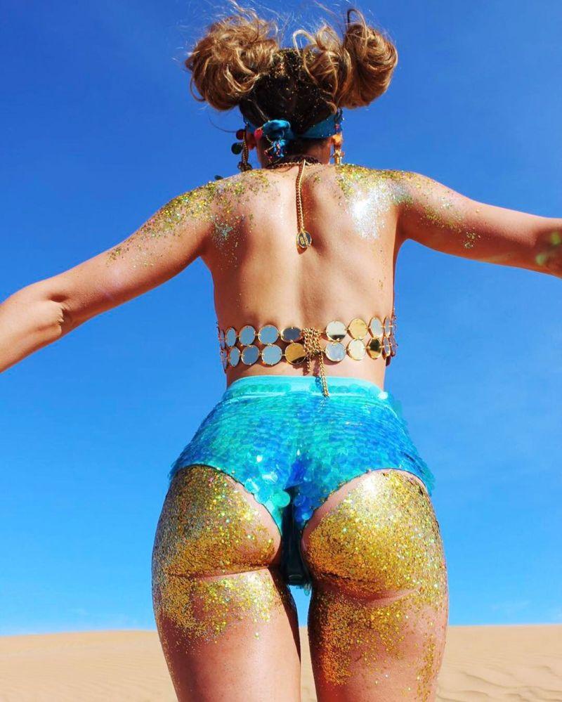 Сияющие разноцветные попы девушек