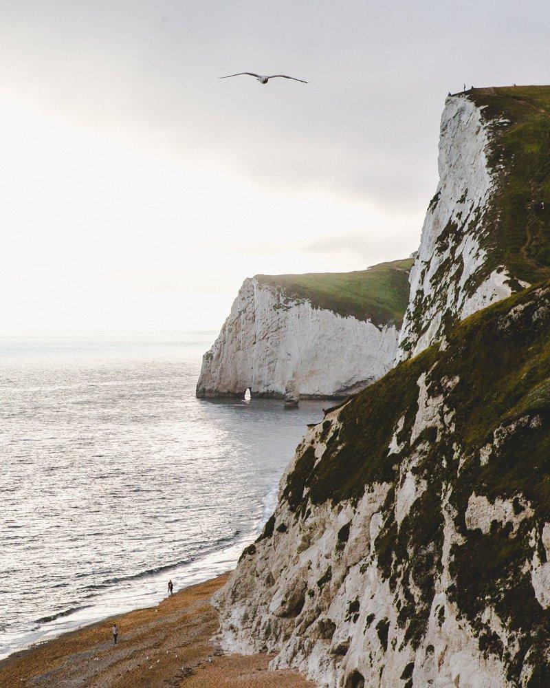 Снимки крошечных фигур на фоне величественных пейзажей
