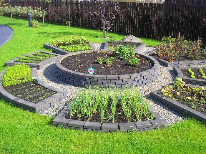 Декоративные огородные грядки с цветочными композициями