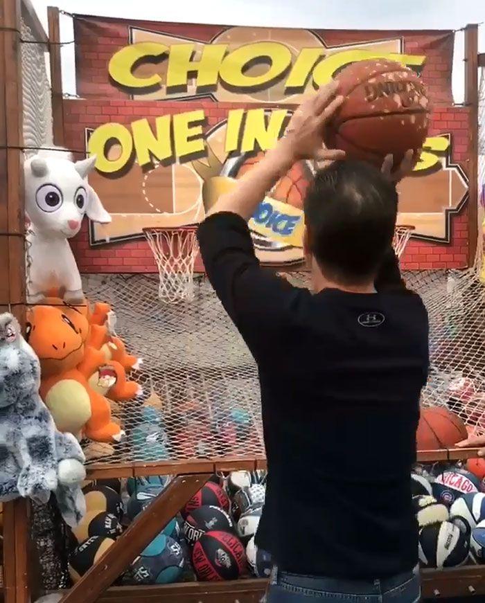 Мужик слишком метко кидает мячи в корзину за призы