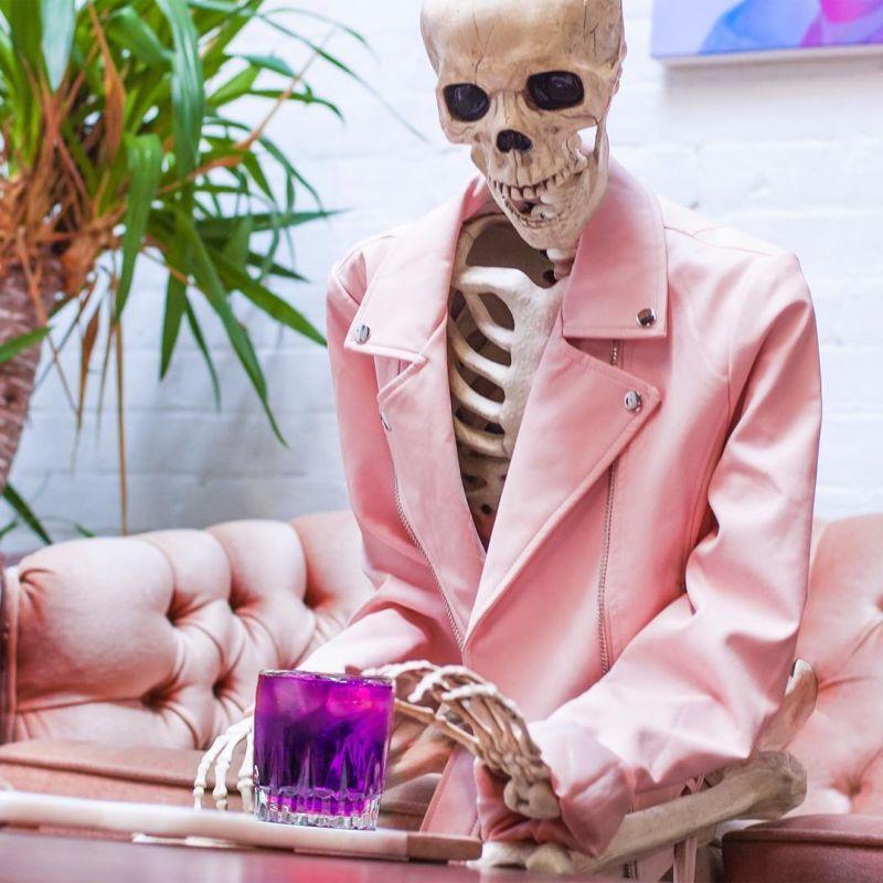 Скелет с чувством юмора троллит девушек в Инстаграм