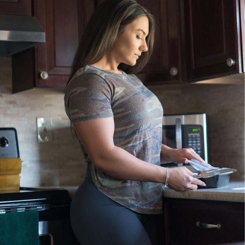 24-летняя Бриджита жмет от груди 115 кг