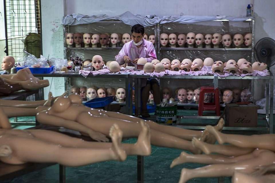 Экскурсия на завод в Китае, где производят секс-роботов