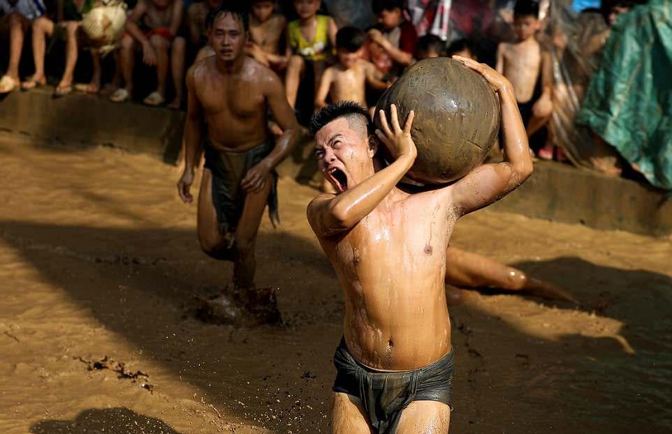 Фестиваль с футболом в грязи во Вьетнаме