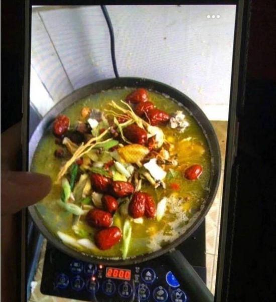 Змея заползла в китайскую общагу и тут же стала обедом