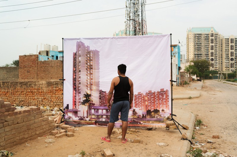 Фотограф из Парижа снимает бедных людей Индии на фоне плакатов