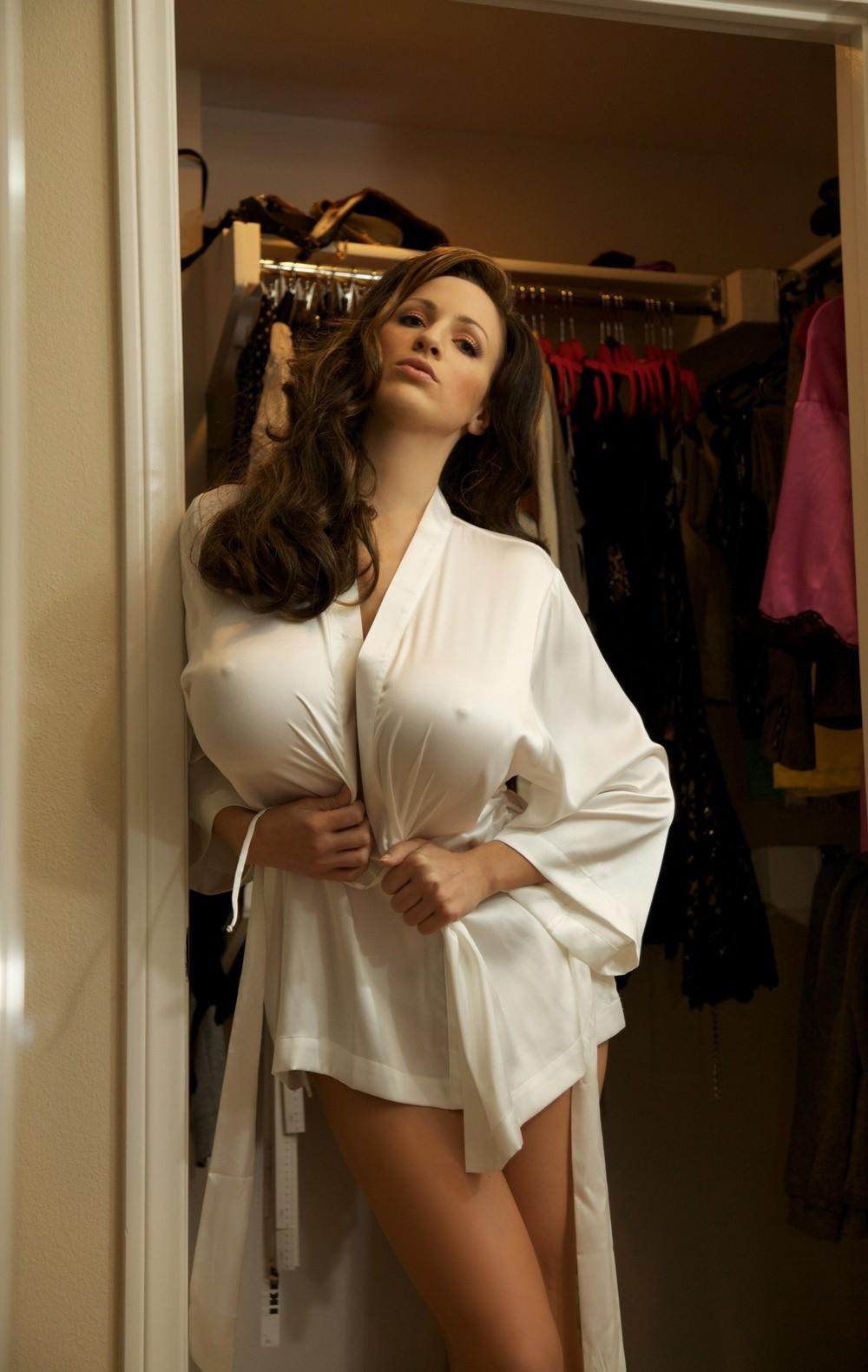 Красивые девушки в облегающих белых маечках