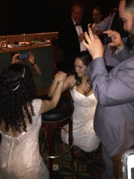 Нестандартные и забавные свадебные снимки