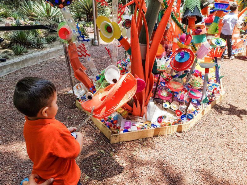 Художник создал Лес будущего из 3 тонн пластиковых отходов