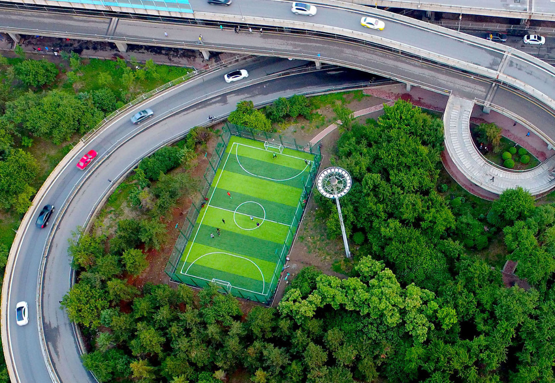 Самые эпичные и необычные футбольные поля мира