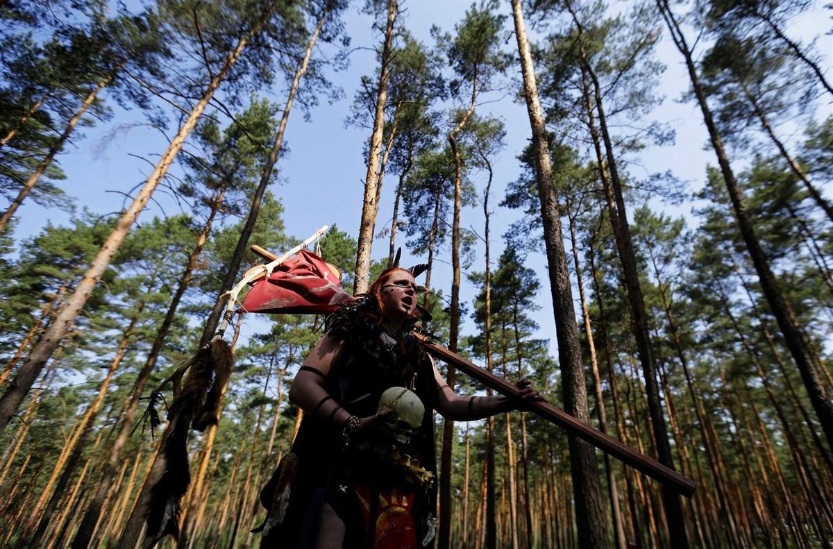 Битва персонажей из книг Толкиена в чешском лесу